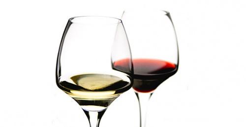 Saviez-vous pourquoi on sert le vin dans des verres à pied ?