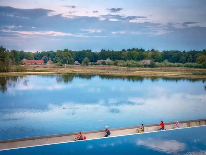 En Belgique, cette piste cyclable vous permet de pédaler à travers un lac