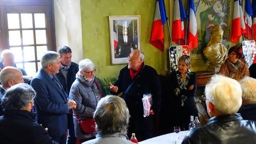 """Château-Arnoux : Remise officielle du livre de Danielle & Pierre Roy """"De Gentioux à Chauny"""" à M. Martinelli, Maire, le 11 11 19"""