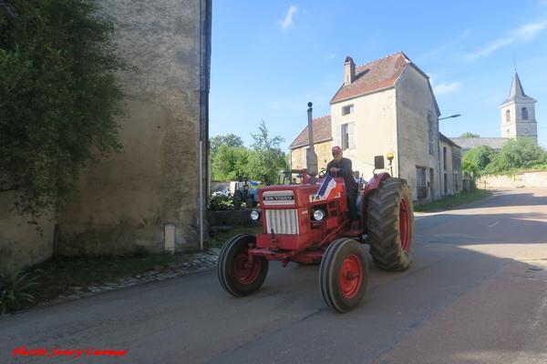 Un cortège de vieux tracteurs de collection a traversé le village d'Essarois...