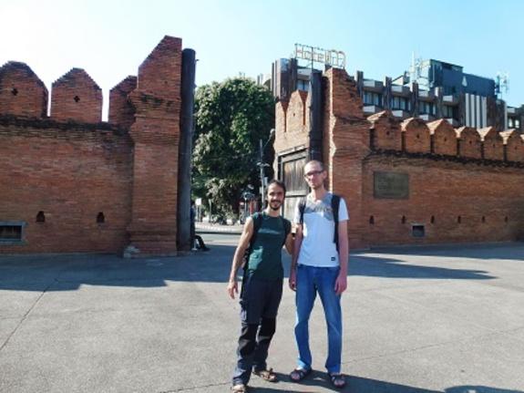 Vladimir et Yann devant la porte d'entrée de Chiang Mai