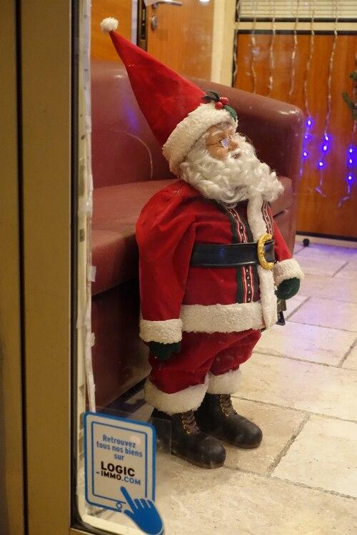 Pères Noël en vitrine