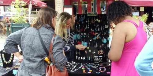 exposition des bijoux de Sylvie Le Brigant lors de la journée des artistes à Amboise organisée par Amboise Commerce