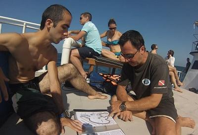 Briefing sur le pont du bateau avec Andy notre guide