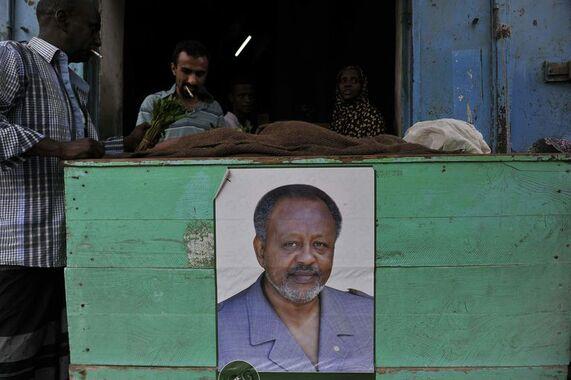 Le 27 mars à Djibouti, un poster du président Ismaël Omar Guelleh. Le 8 avril, il a été réélu, dès le premier tour, pour un nouveau mandat de cinq ans.