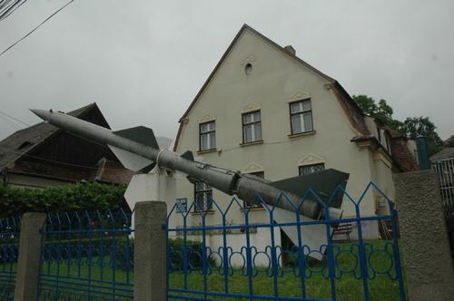 missile russe S-75 DVINA à, Medias devant la maison ou habitait le savant
