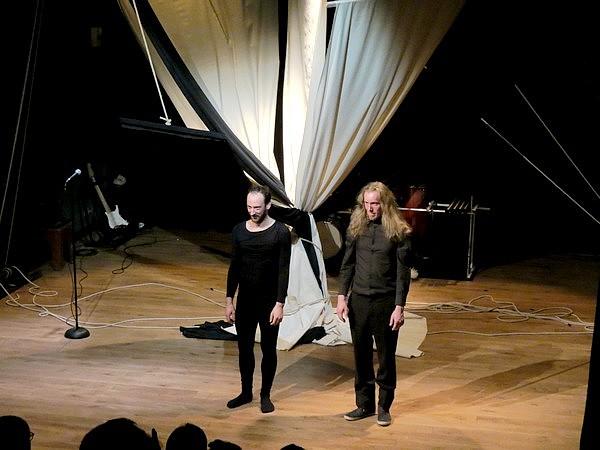"""""""80 rameurs et quelques"""" un spectacle époustouflant présenté par la Compagnie Bassbass, salle Kiki de Montparnasse"""