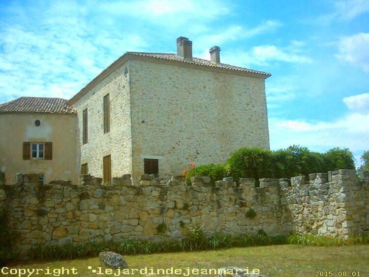A 25 minutes au sud de Bordeaux, un château médiéval en situation dominante pour vos mariages, réunions de famille ou l'organisation de spectacles