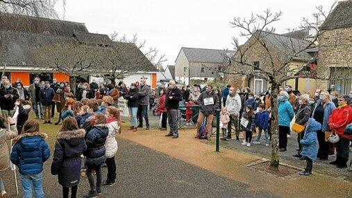 Plus de 150 personnes se sont réunies ce vendredi afin de manifester contre la fermeture de deux classes sur les écoles de la commune.