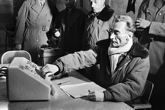 Reggane 1960 : comment une photo  ambiguë est devenue l'icône d'un crime   de la France