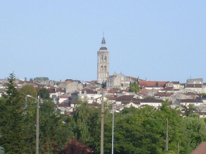 Vue de Cognac depuis la ville basse - panoramio.jpg