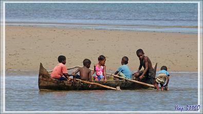 Amusements de futurs piroguiers à marée montante - Nosy Sakatia - Madagascar
