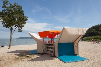 matali-crasset-bibliobeach-beach-library-france-designboom-04