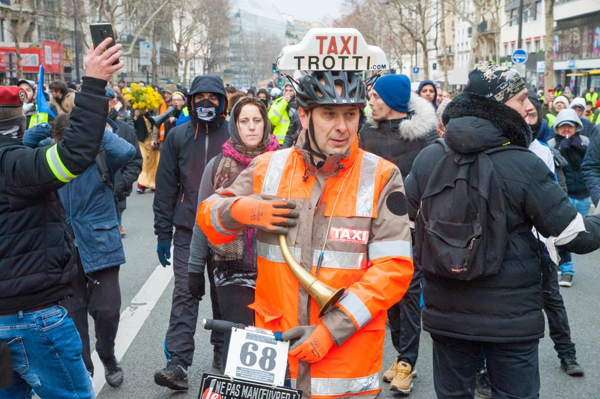 Attention, un taxi trottinette... - © Reflets