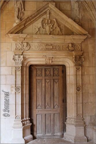 Abbaye de Cadouin le cloître galerie Ouest porte au fronton triangulaire