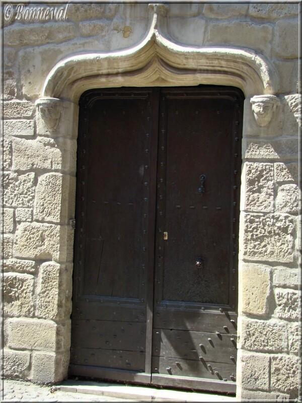 Lautrec Tarn porte gothique avec arc en accolade