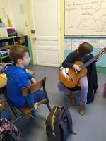 Faustine à la guitare