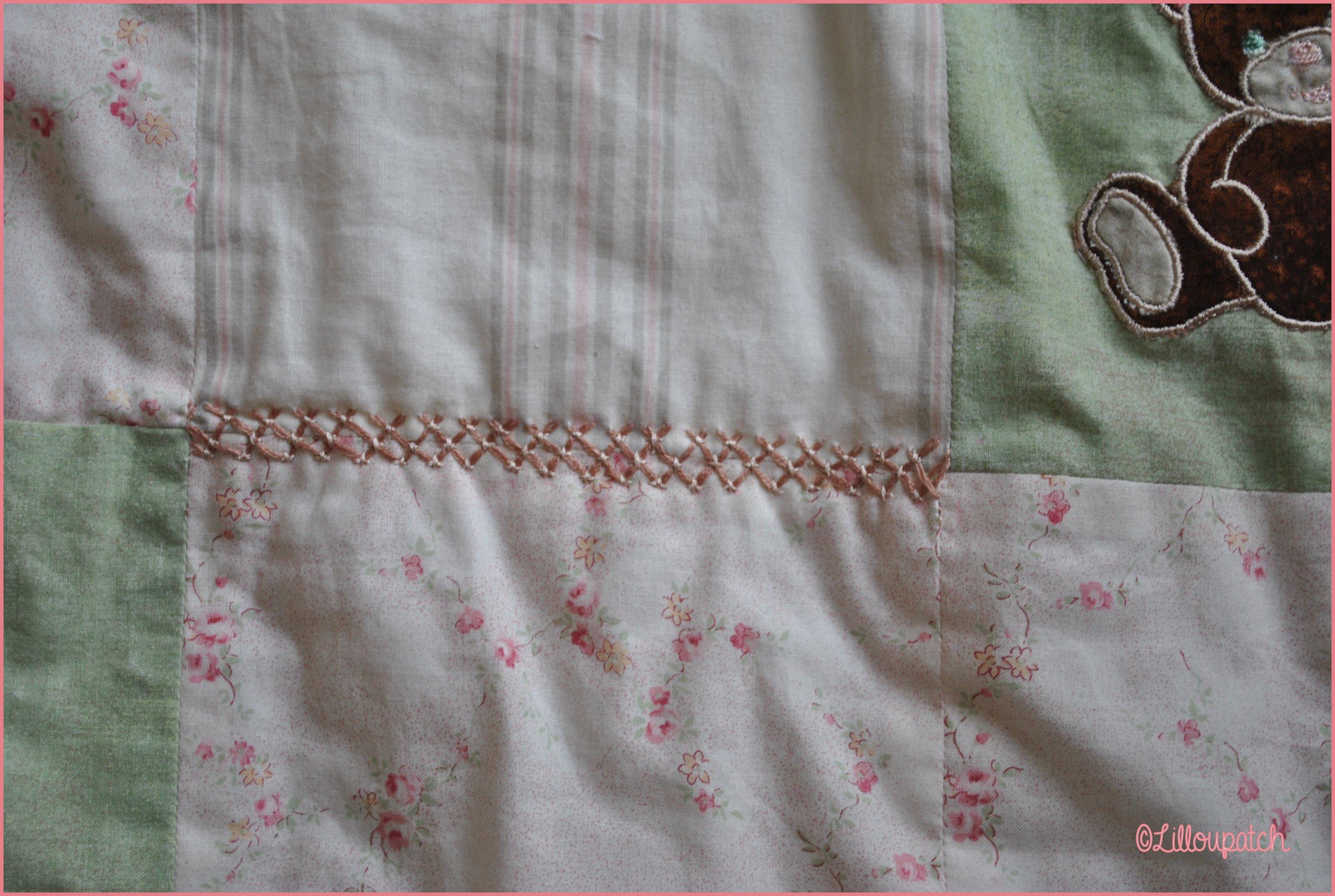 Gros plan point de couchure en treillis et croix