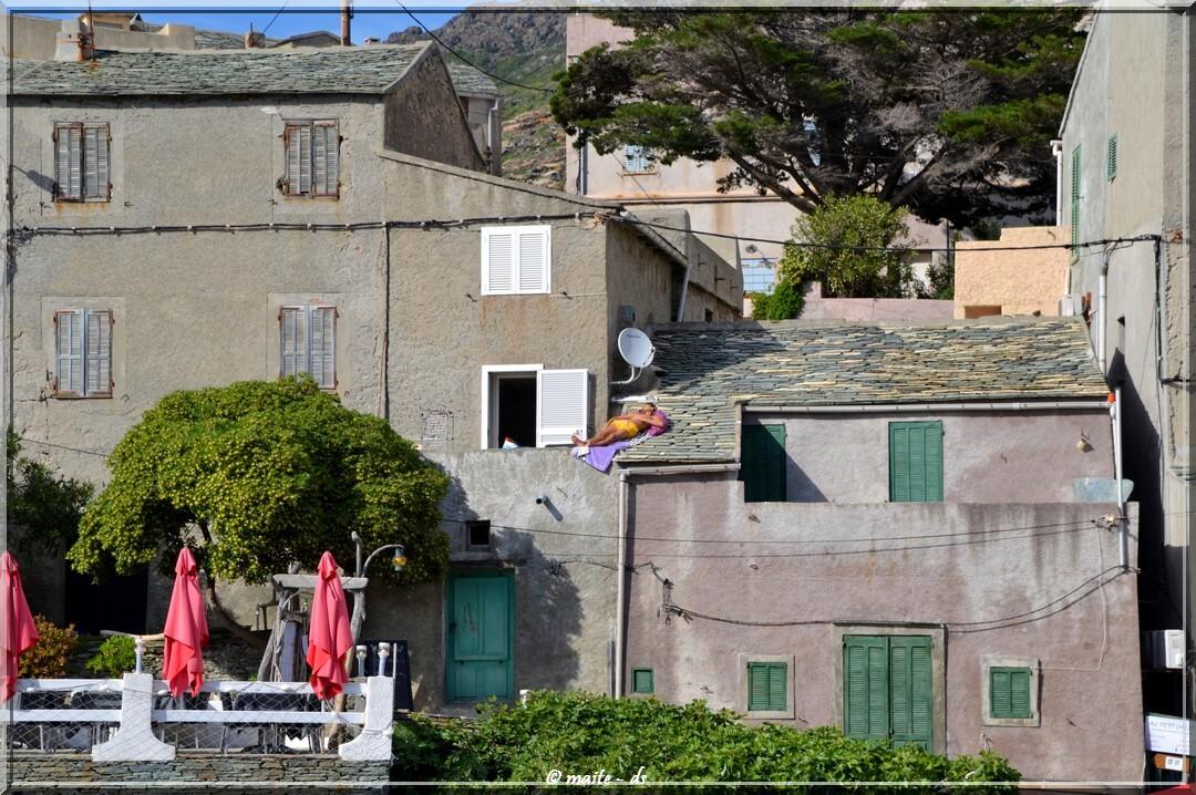 Bronzage sur les toits en Corse