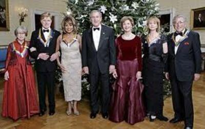 Julie Harris félicitée par le président George.W Bush