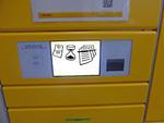 Display einer DHL-Packstation mit Symbolbildern