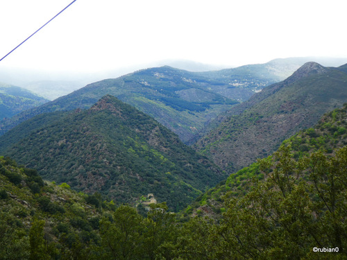 Encore un coup d'oeil en amont de Conat, les nuages venant de l'Aude essaient de franchir les hauts sommets qui séparent les deux régions.