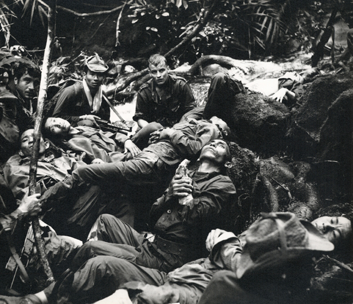Le lieutenant Torrens au mileu des bléssés vietnamiens.