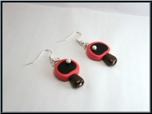 Boucles d'oreille raquette de ping pong en fimo.