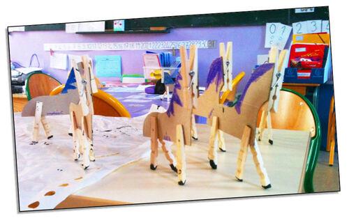 Le cheval en carton et pinces à linge