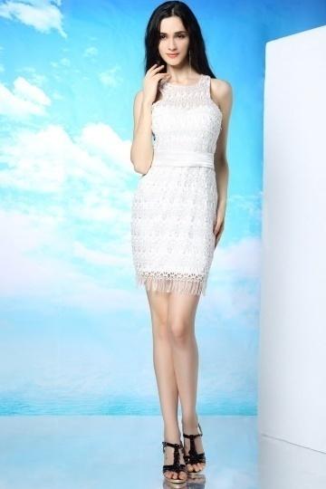 Petite robe blanche en dentelle à style fourreau