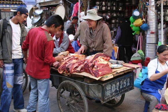 le marché de Lhasa au Tibet;