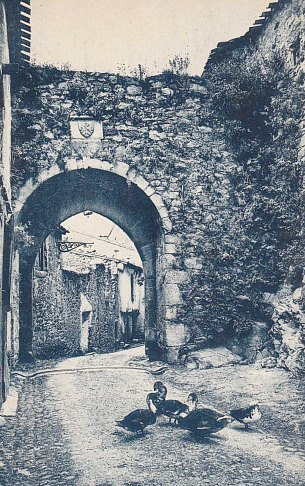 Saissac. Ancienne porte de Montolieu