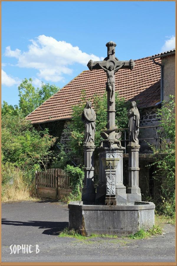 Une fontaine-calvaire .