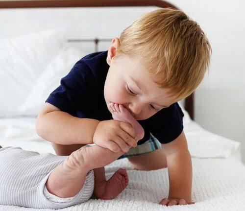 Enfant-avec-son-frere-500x431