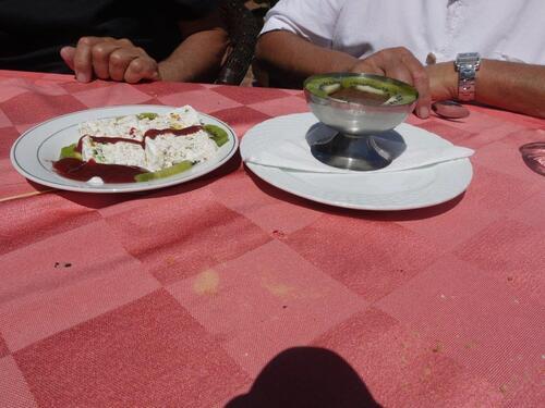 Nougat glacé au coulis de fraises et mousse chocolat