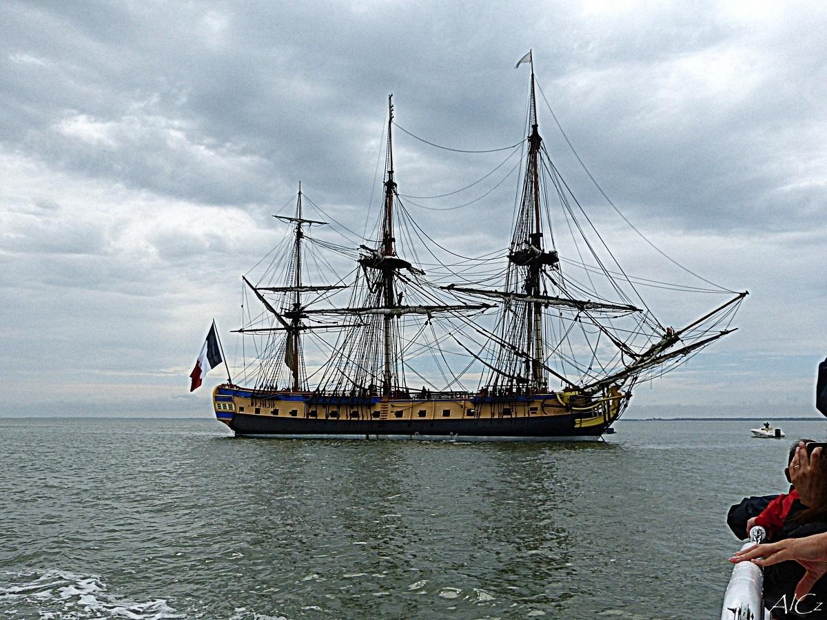 L'Hermione en rade de l'île d'Aix (tribord)