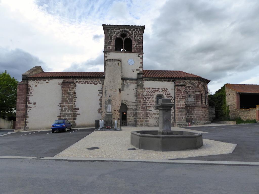 L'église d'Azérat le dehors.