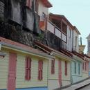 L'arrivée dans le bourg avec ses façades en trompe-l'oeil - Photo : Michaël