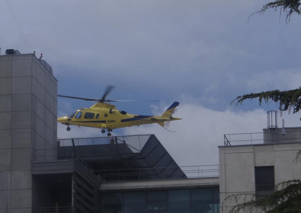 Hélicoptère atterrissant sur le toit de l hôpital