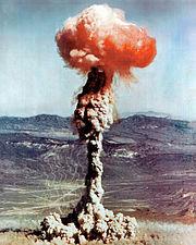 Explosion atomique de 14 kilotonnes lors de l'essai américain XX-27 CHARLIE dans le site d'essais du Nevada en 1951