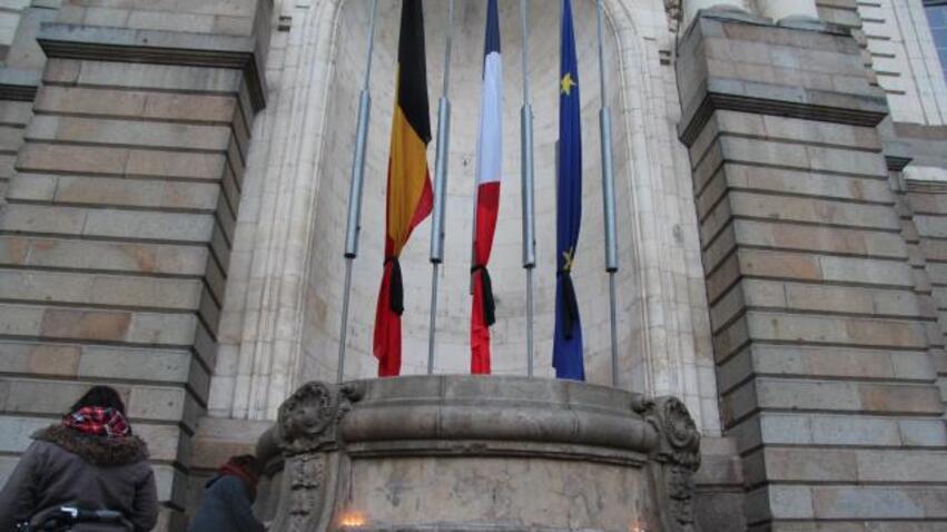 À Rennes, le drapeau belge, le drapeau français et le drapeau de l'union européenne sont en berne.
