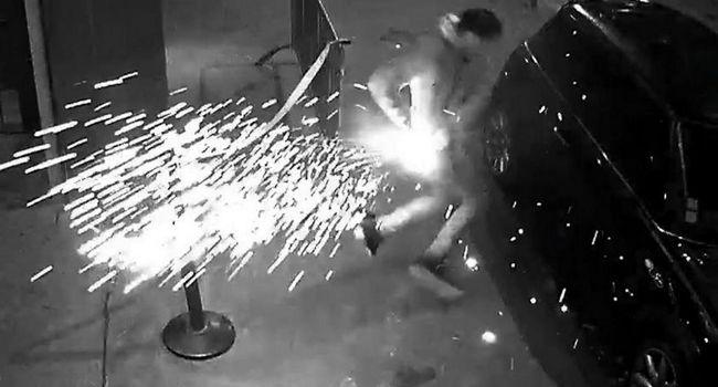 La batterie de la cigarette électronique a pris feu dans la poche de la victime. / Image de vidéosurveillance