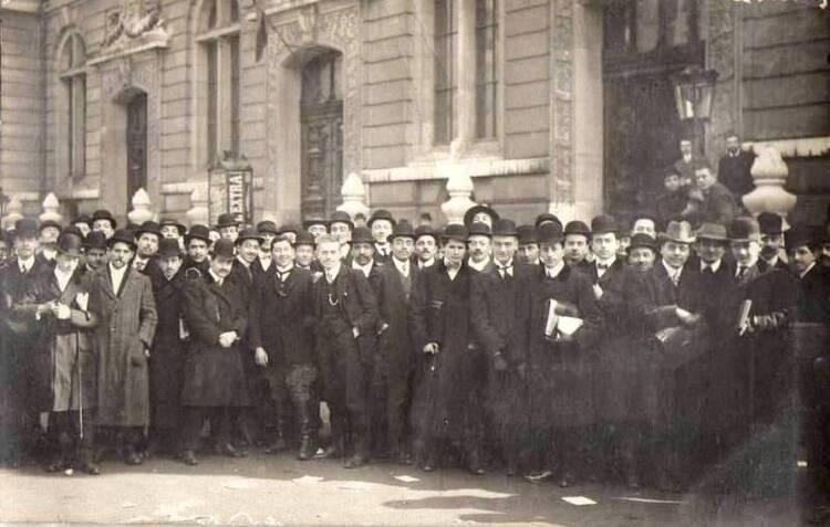 Étudiants devant la porte de la Faculté de Droit, rue Saint-Jacques, en 1910