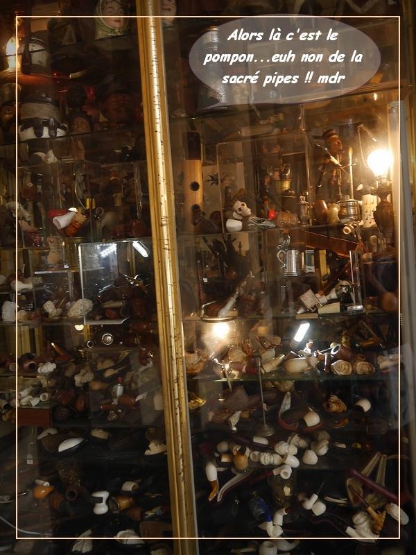un bric à brac dans un magasin Sous les arches du palais royale à Paris