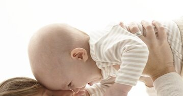 bébé fait des câlins 10 mois