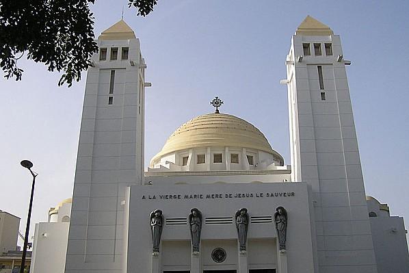 800px-Dakar cathedrale