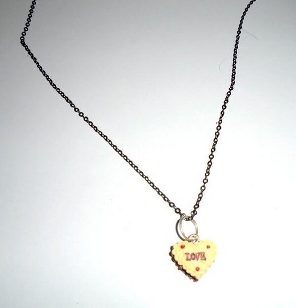 collier avec coeur jaune