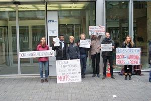 RIAO-RDC, accompagné par les organisations allemandes FIAN et urgewald, au siège de DEG à Cologne, en Allemagne, pour déposer une plainte contre Feronia Inc, pour le compte de neuf communautés de la République Démocratique du Congo.