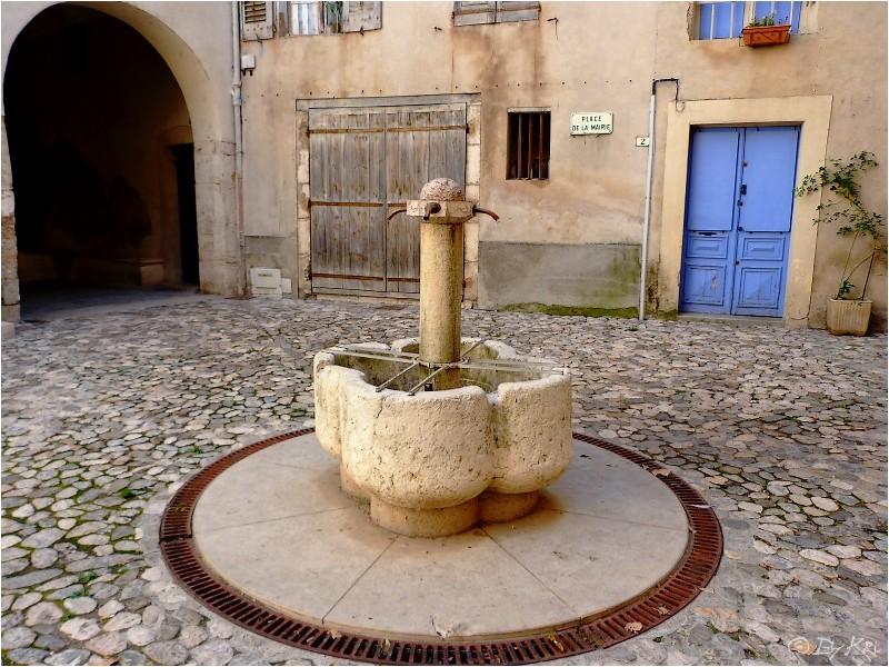 Riez (Fr 04) ~ La Place de La Mairie et sa fontaine ...