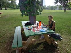 Petit picnic dans un parc, entourés d'écureuils